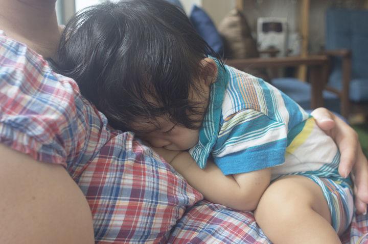 抱っこされた子供
