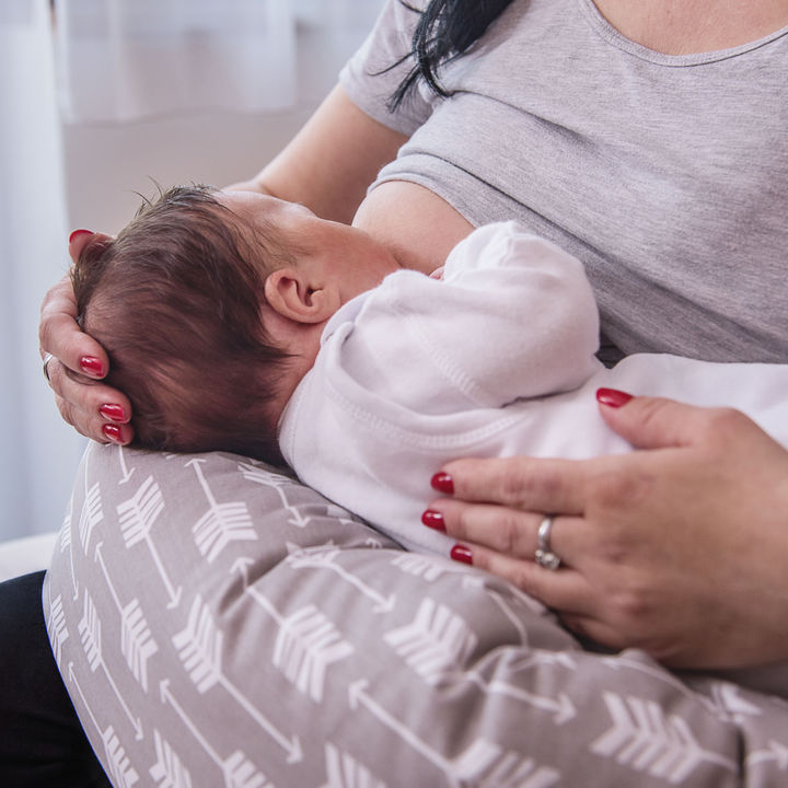 授乳クッションの使い方。おっぱいやミルクを飲むときなど抱き方別の方法
