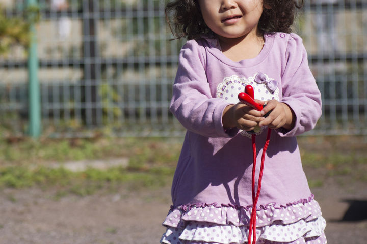 縄跳びを持つ女の子