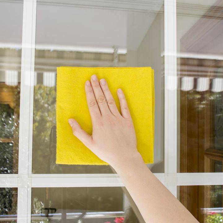窓の網戸掃除を簡単に。便利グッズの選び方や種類