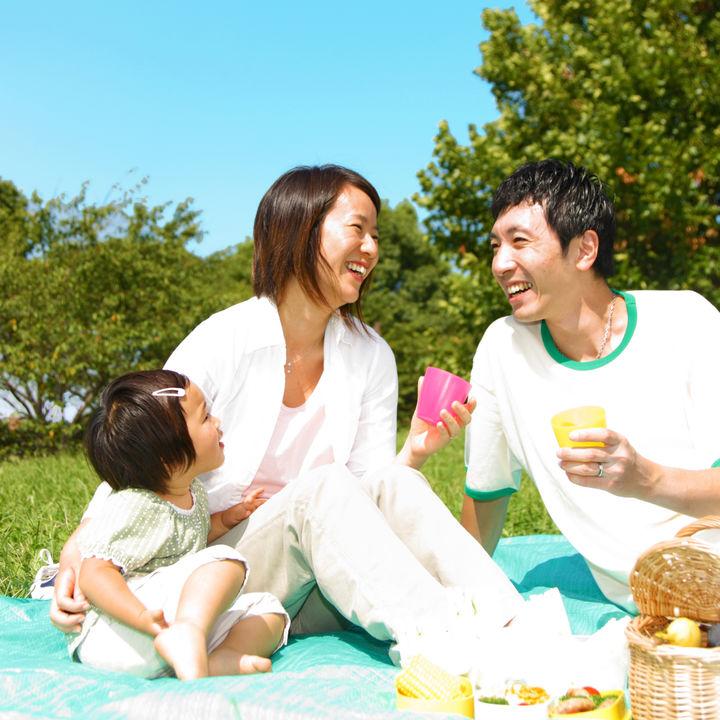 子どもとピクニックでの遊びを楽しもう。自然遊びやゲームのアイデア