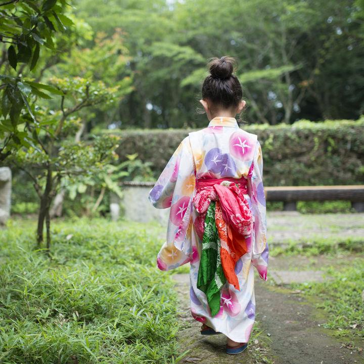 レトロな和柄など子どもの浴衣ドレス選び。着方や帯の結び方など