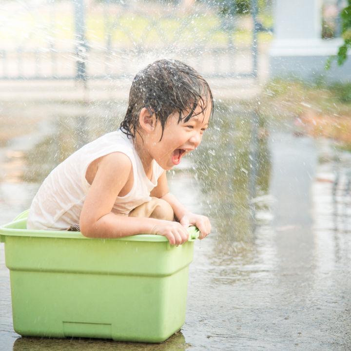 子どもと水遊びを楽しもう。公園などの遊び場所や持ち物
