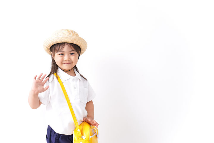 幼稚園に行く子ども