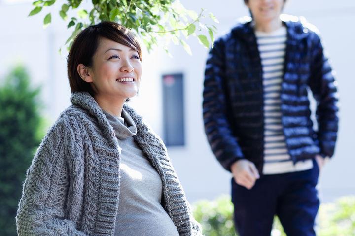 笑顔の妊婦と夫