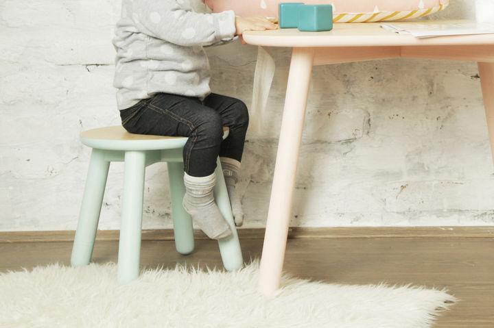 椅子に座っている女の子とテーブル