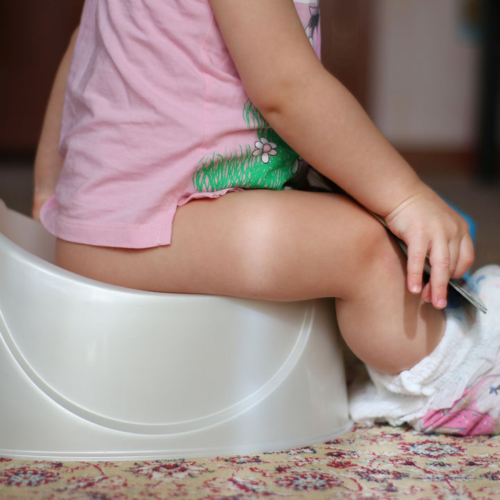 トイレトレーニングにおまるは向いている?補助便座との違いとよい点