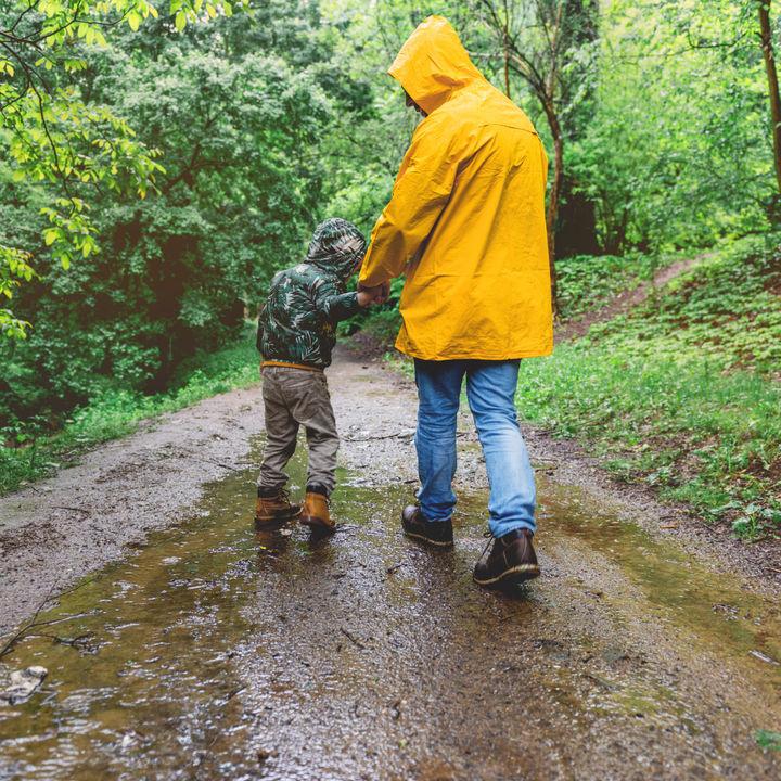 育児中のパパが使いやすいレインコート。種類や選ぶときのポイント