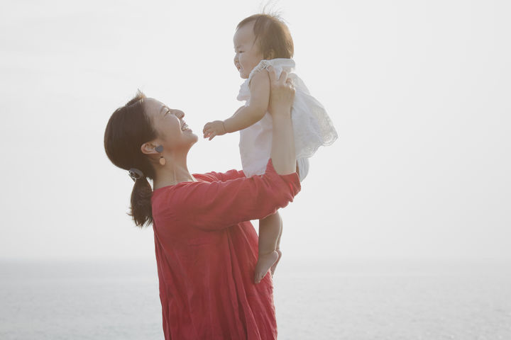 赤ちゃんを抱っこしたママ