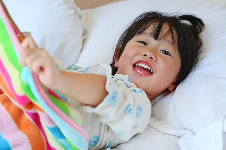 ベッドから起きる女の子