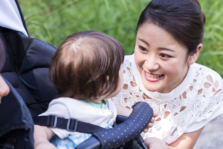 ベビーカーに座る赤ちゃんとママ