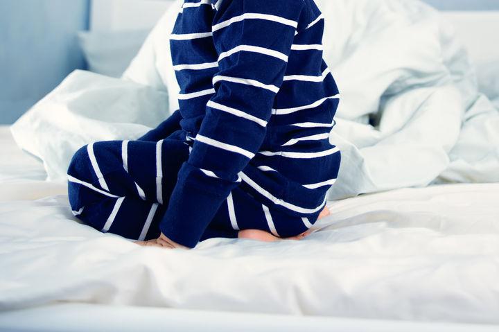 ベッドに座る子供