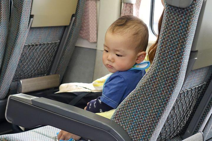 電車の座席に座る子ども