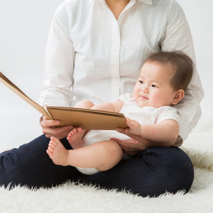 0歳児の赤ちゃんの絵本の読み聞かせはいつから?絵本の選び方について