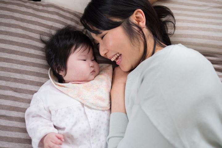 寝るママと赤ちゃん