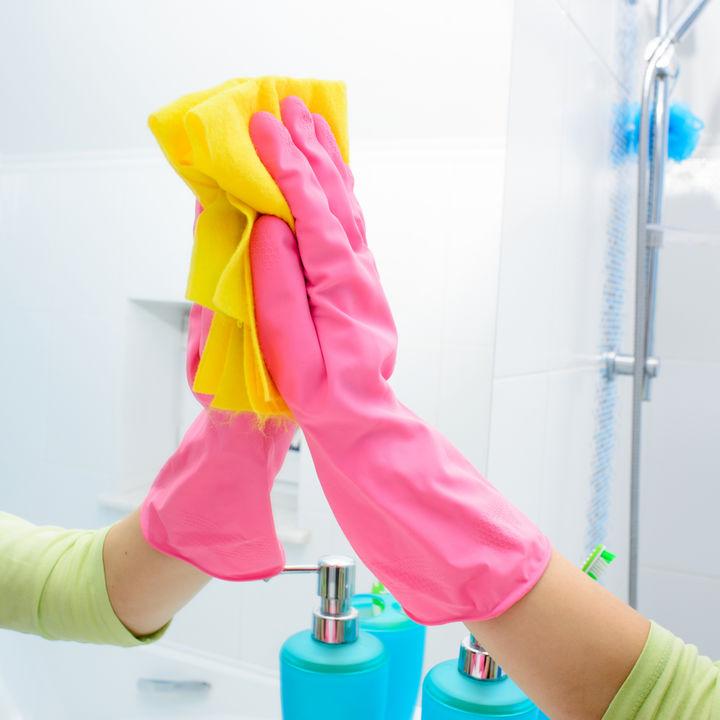 洗面所やお風呂の鏡の掃除。便利なグッズや水垢など汚れの落とし方