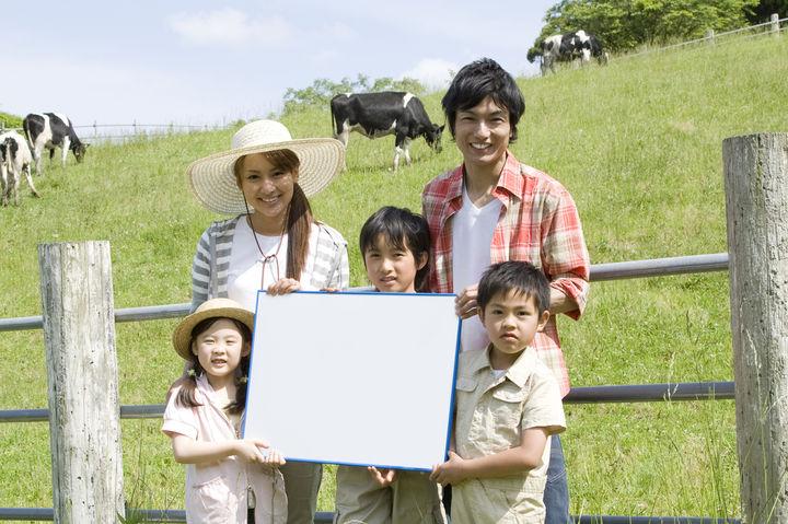 牧場を楽しむ家族