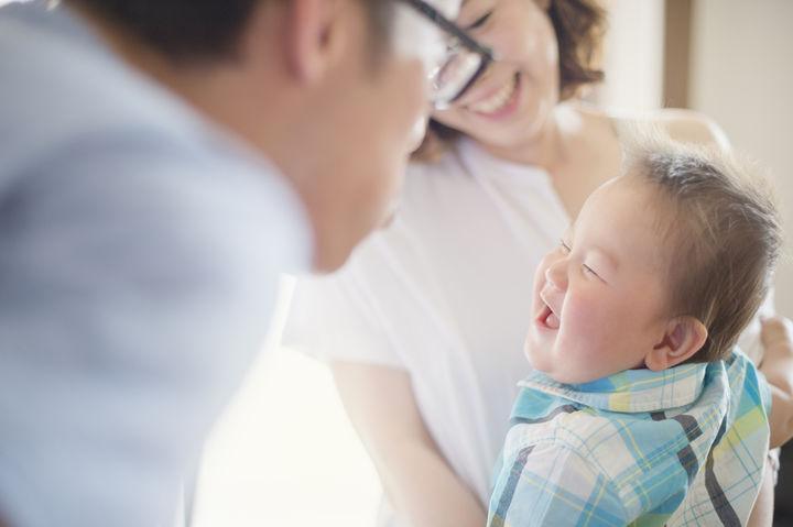 子どもの笑顔を見つめるママ・パパ