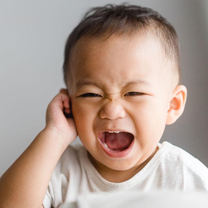 【耳鼻科医監修】子どもが耳を痛がる!中耳炎を疑う症状や発熱の可能性