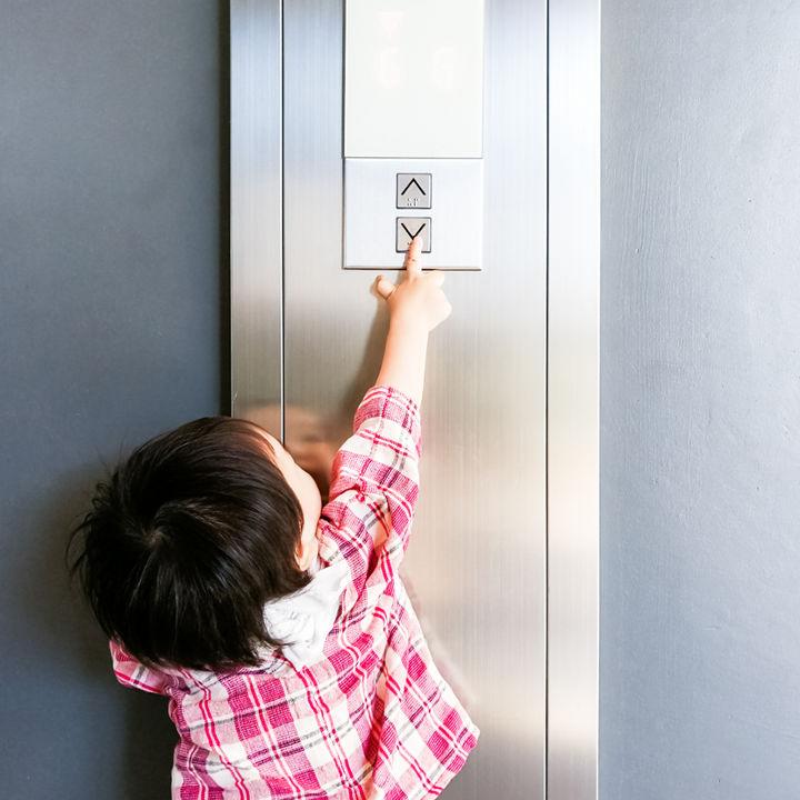 子どもとエレベーターに乗るときのマナー。伝え方や意識していること