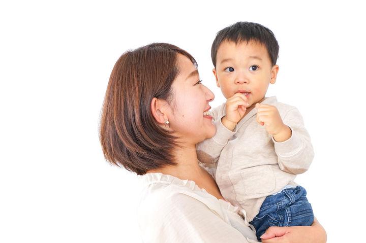 男の子を抱くママ