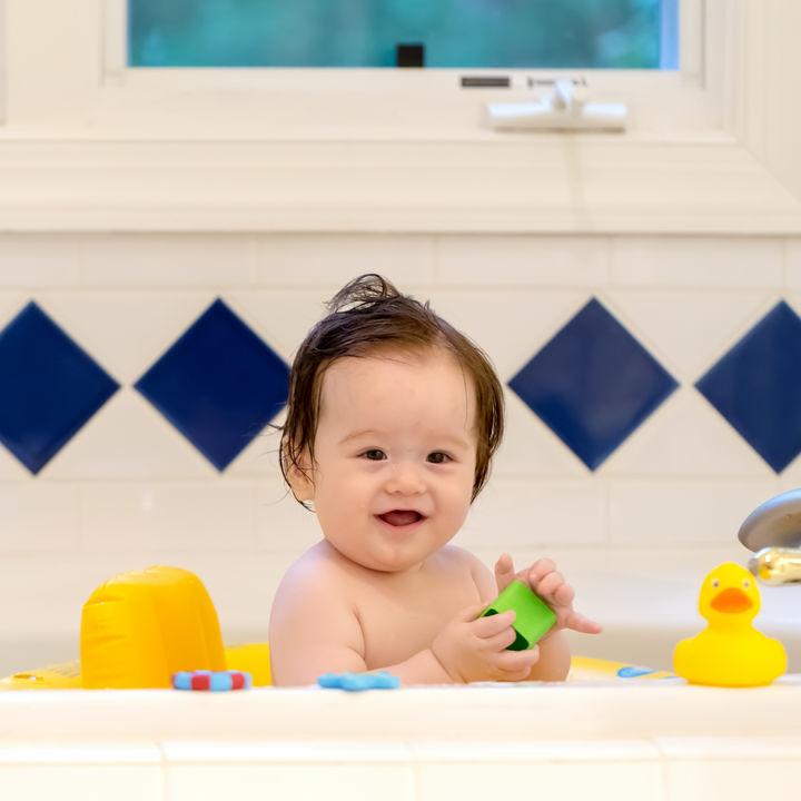 赤ちゃんとのお風呂をおもちゃで楽しもう!手作りアイディアを紹介