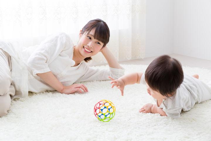おもちゃで遊ぶ赤ちゃんとママ