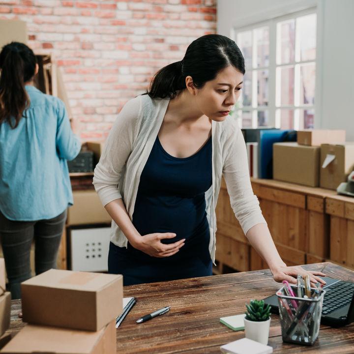 妊婦さんが仕事用に着る服装や靴について。選ぶときのポイントとは