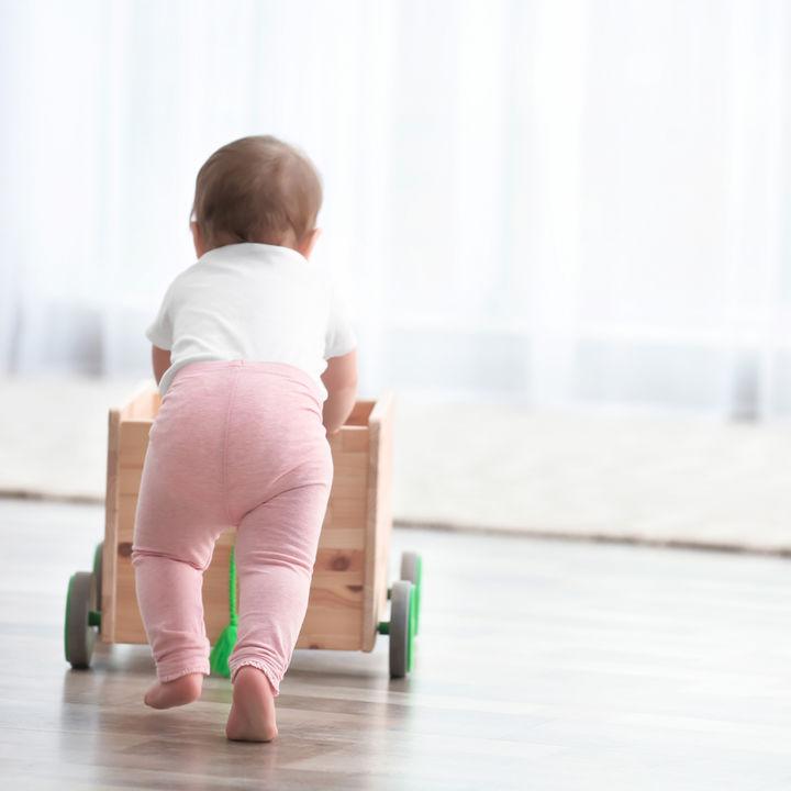 赤ちゃんの歩く練習になるおもちゃ選びのポイント。使用したシーンについて