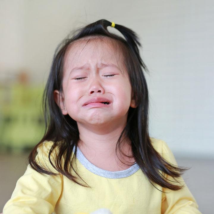 すぐ泣く子どもへの対応はどうする?声のかけ方や接し方
