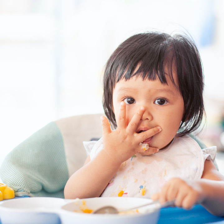 離乳食の手づかみ食べをするとき。ママたちの悩みや対応方法