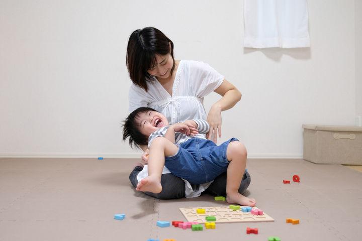 おもちゃで遊ぶママと男の子