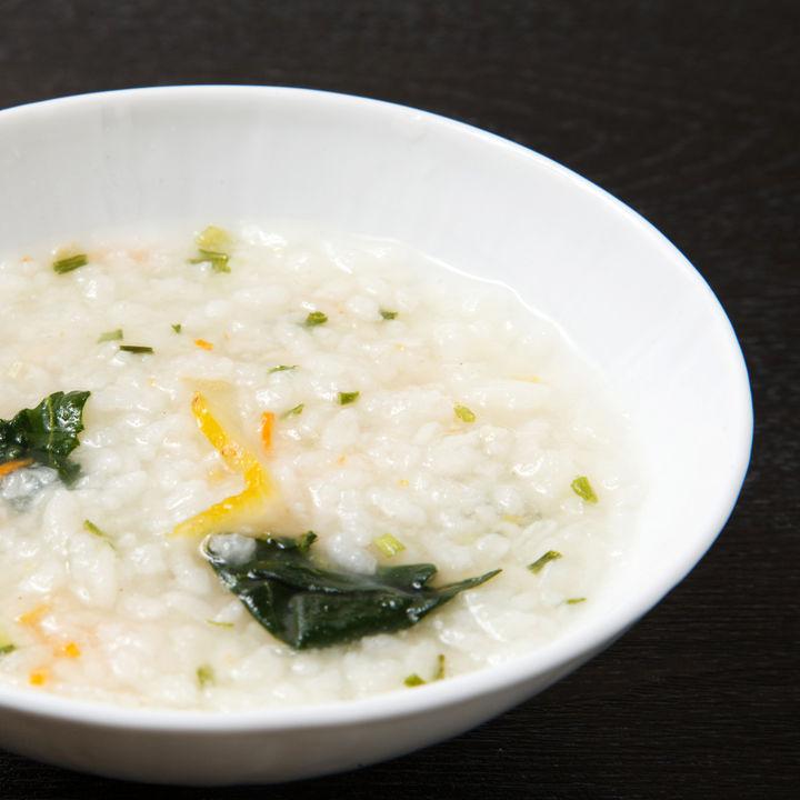 離乳食中期に食べられる卵なしの雑炊レシピ。野菜やツナを使った作り方