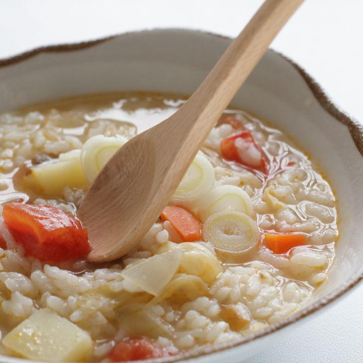 離乳食後期に味わう卵なしの雑炊レシピ。野菜やささみを使った作り方