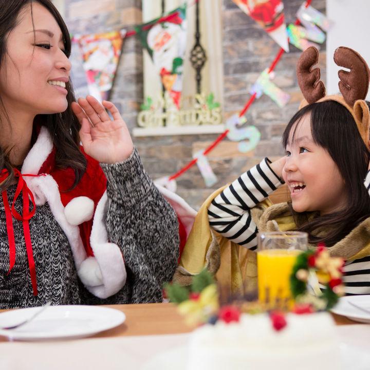クリスマスといえば!食べ物や流す曲、プレゼントの渡し方など