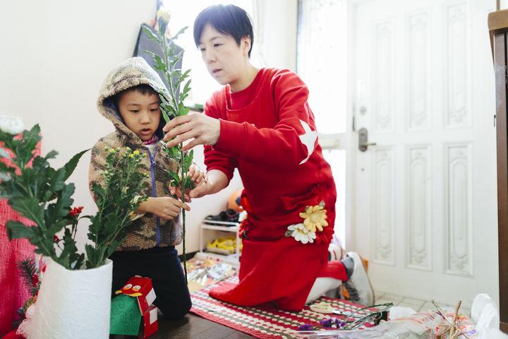 正月の準備をする親子