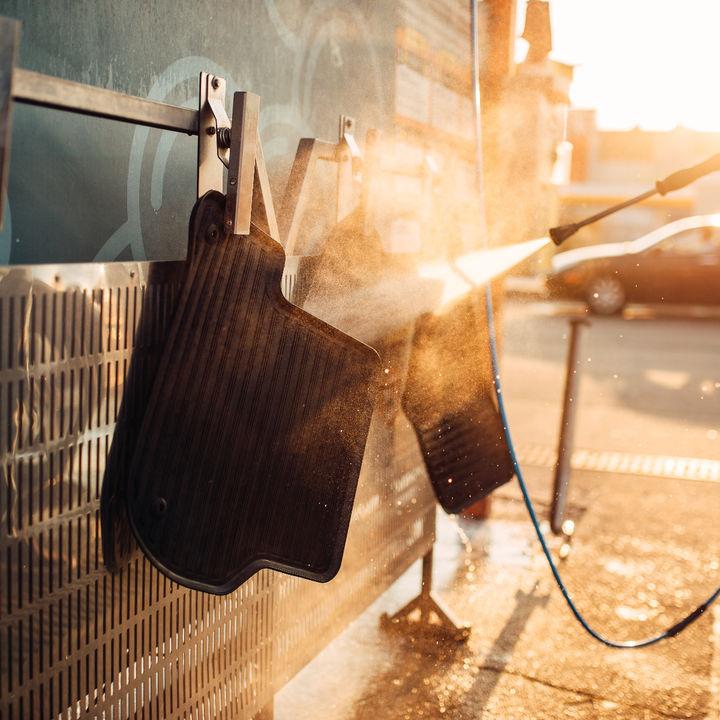車のカーペットの汚れが気になるとき。使う道具や掃除方法