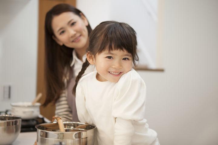 キッチンに並ぶ親子