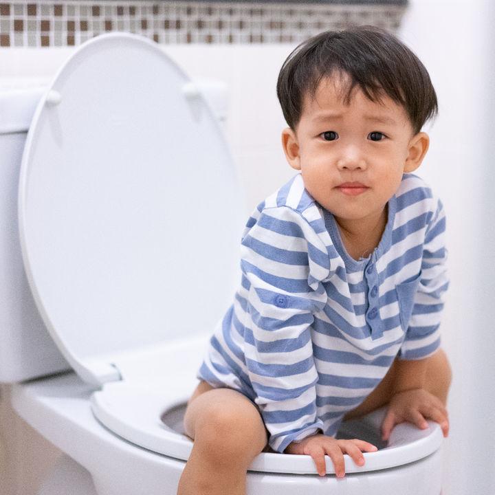トイレトレーニング中に子どもが便座に座るのを嫌がるときの工夫