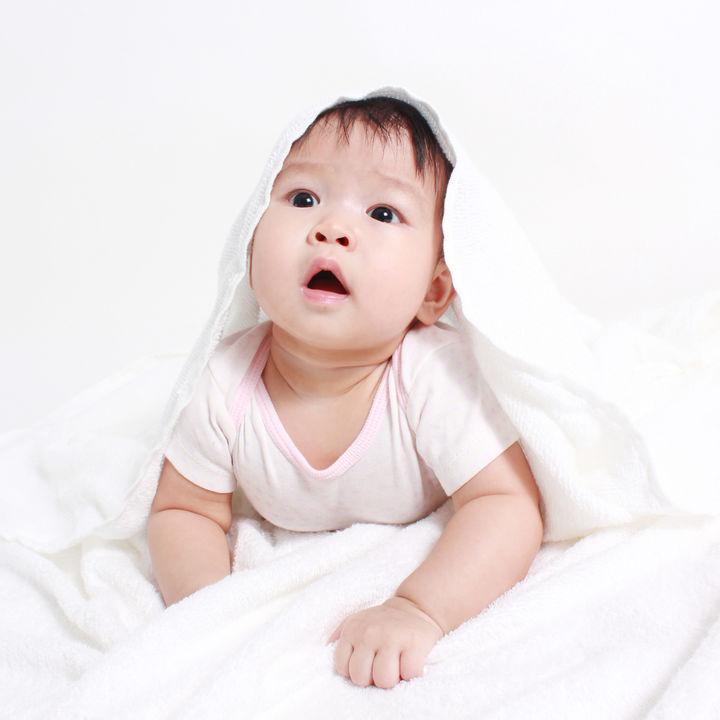 赤ちゃんの寝かしつけに使うタオルについて。選ぶポイントや巻き方