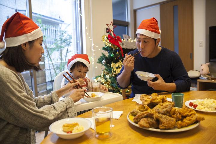 クリスマスチキンを食べる家族