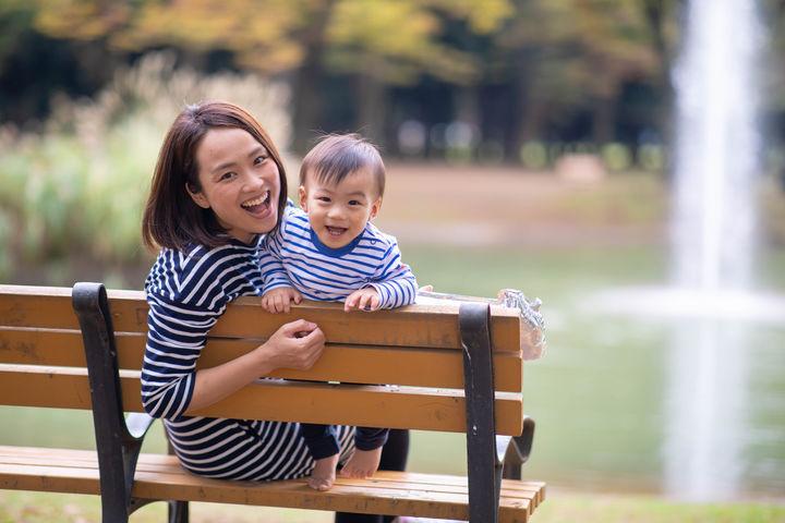 ベンチに座るママと赤ちゃん
