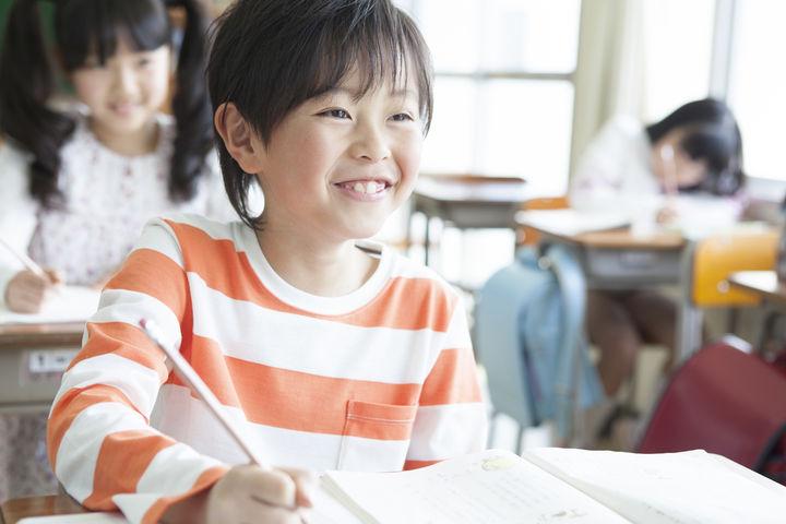 教室で勉強している男の子