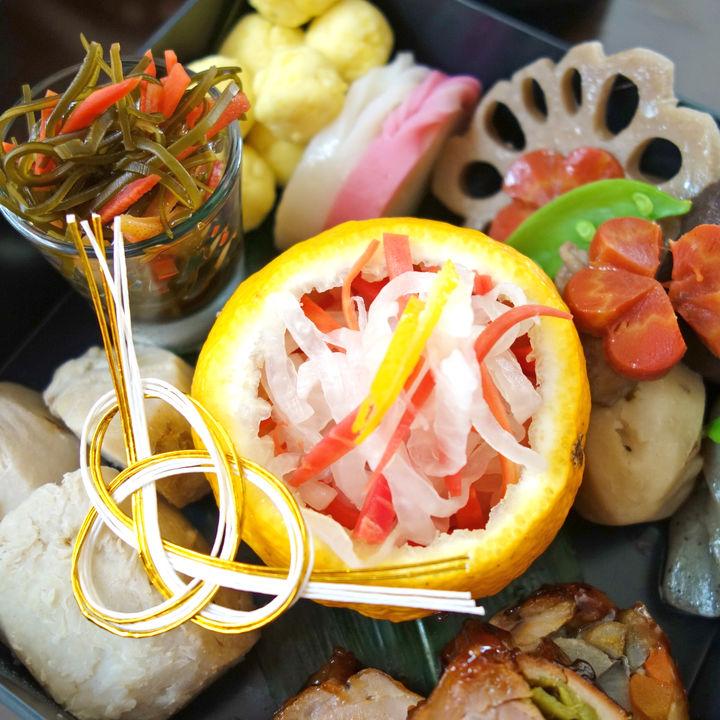 おせち料理の飾り切りと小物の飾り付け。食材別飾り切りの方法を紹介