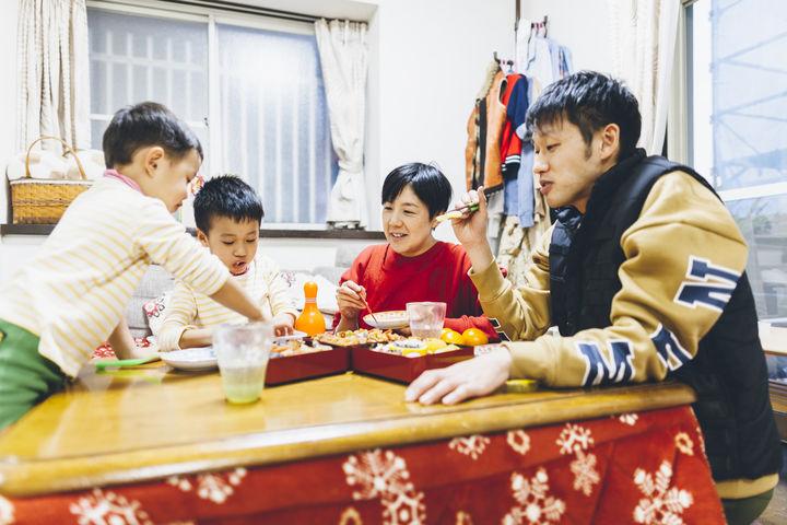 正月におせちを食べる家族