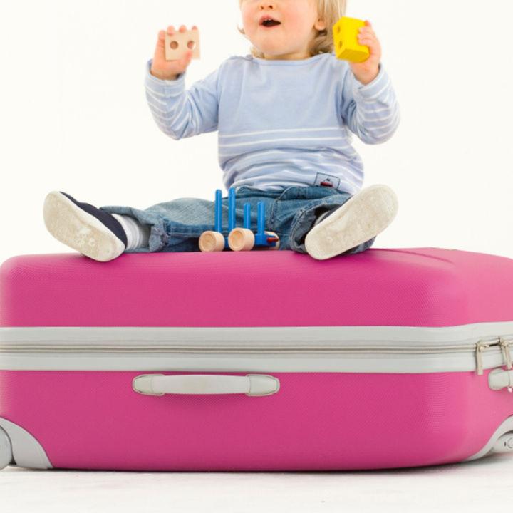 子どもを乗せられるスーツケースを用意するとき。選び方や種類