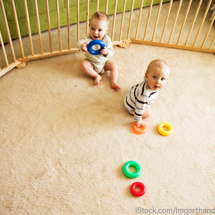 双子のベビーサークルが必要なときは?使用期間や選び方について