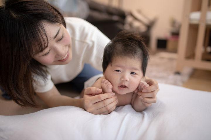 赤ちゃんと笑顔のママ