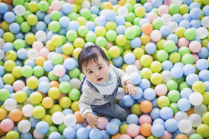 児童館のボールプールで遊ぶ赤ちゃん