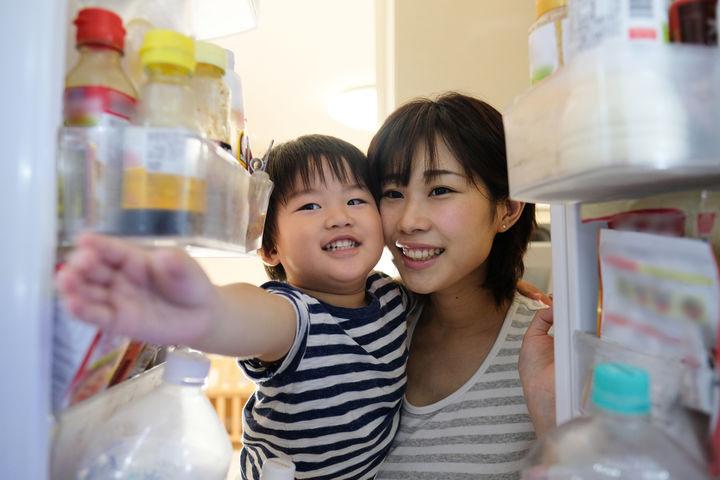 冷蔵庫を覗くママと男の子